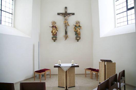 Typisch Sandnerisch: Altar und Ambo der Andachtskapelle wurden von einem Korbmachermeister aus Sand geflochten.