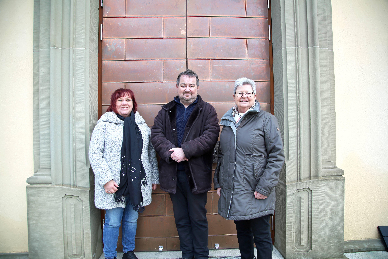 Glücklich über die gelungene Kirchenrenovierung (von links): Kirchenpflegerin Edeltraud Schnapp, Pfarrer Michael Erhart und Kirchenrechnerin Irene Mück.