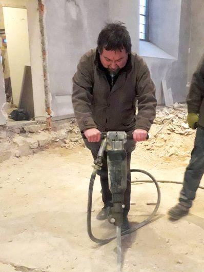 Pfarrer Michael Erhart griff bei der Renovierung selbst zum Presslufthammer.