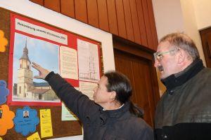 Pfarrer Gregor Sauer (links) und Kirchenpfleger Franz-Josef Schmitt erläutern an einer Zeichnung das ursprüngliche Bauvorhaben.