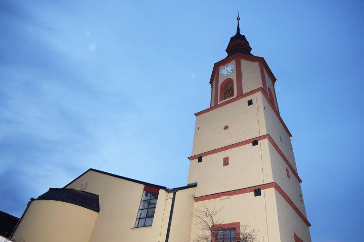 Wieder zukunftstfest: der Kirchturm der Pfarrkirche von Gelchsheim.
