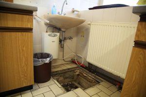 Die Leitungen des Pfarrheims müssen dringend saniert werden. Das Bild zeigt ein Loch im Boden vor einem Waschbecken.