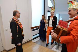 Mit Musik zogen das Würzburger Prinzenpaar Robert II. und Britta I. sowie Vertreter der ersten Karnevalsgeselllschaft Elferrat Würzburg ins Würzburger Bischofshaus ein.  Dort empfing sie Bischof Dr. Franz Jung am Dienstag, 4. Februar.