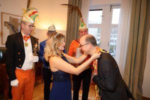 Orden und Küsschen bekam Bischof Dr. Franz Jung von Prinzessin Britta I.