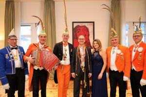 Das Würzburger Prinzenpaar Robert II. und Britta I. sowie Vertreter der ersten Karnevalsgeselllschaft Elferrat Würzburg haben Bischof Dr. Franz Jung am Dienstag, 4. Februar, im Bischofshaus besucht.