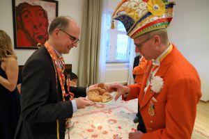 Bischof Dr. Franz Jung bewirtete seine Gäste persönlich.