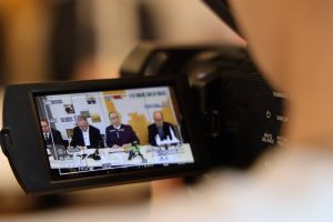 Zahlreiche Medienvertreter, darunter mehrere Fernsehteams, nahmen an der Pressekonferenz teil.