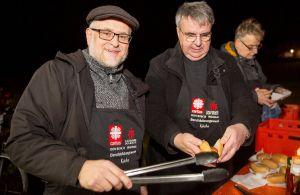 Caritas-Don Bosco-Direktor Andreas Halbig(links)  und Domkapitular Clemens Bieber sorgten in Gadheim mit heißen Würstchen für das leibliche Wohl.