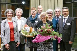 Verabschiedung von Elisabeth Thieser (von links): Gabriele Flügel (MAV und Dekanat Aschaffenburg), Erhard Scholl (ehemaliger Leiter EFL Schweinfurt), Monika Behl (stellvertretende Leiterin EFL Aschaffenburg), Albert Knött (EFL-Fachreferent), Elisabeth Thieser, Christine Endres (Bereichsleiterin Diakonische Pastoral), Herbert Durst (Leiter EFL Schweinfurt) und Oberbürgermeister Klaus Herzog.