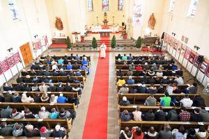 Die beiden Festgottesdienste in der Don-Bosco-Kirche wurden von Domkapitular Clemens Bieber (Mitte), Vorsitzender des Diözesan-Caritasverbands, und Salesianerdirektor Pater Hatto von Hatzfeld gefeiert.