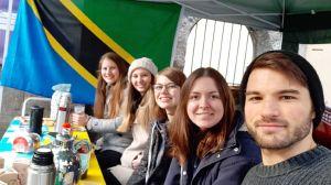 Das Eine-Welt-Team des KjG-Diözesanverbands war am zweiten Adventssamstag im Einsatz. In der Mitte Miriam Großmann von der KjG-Diözesanleitung.