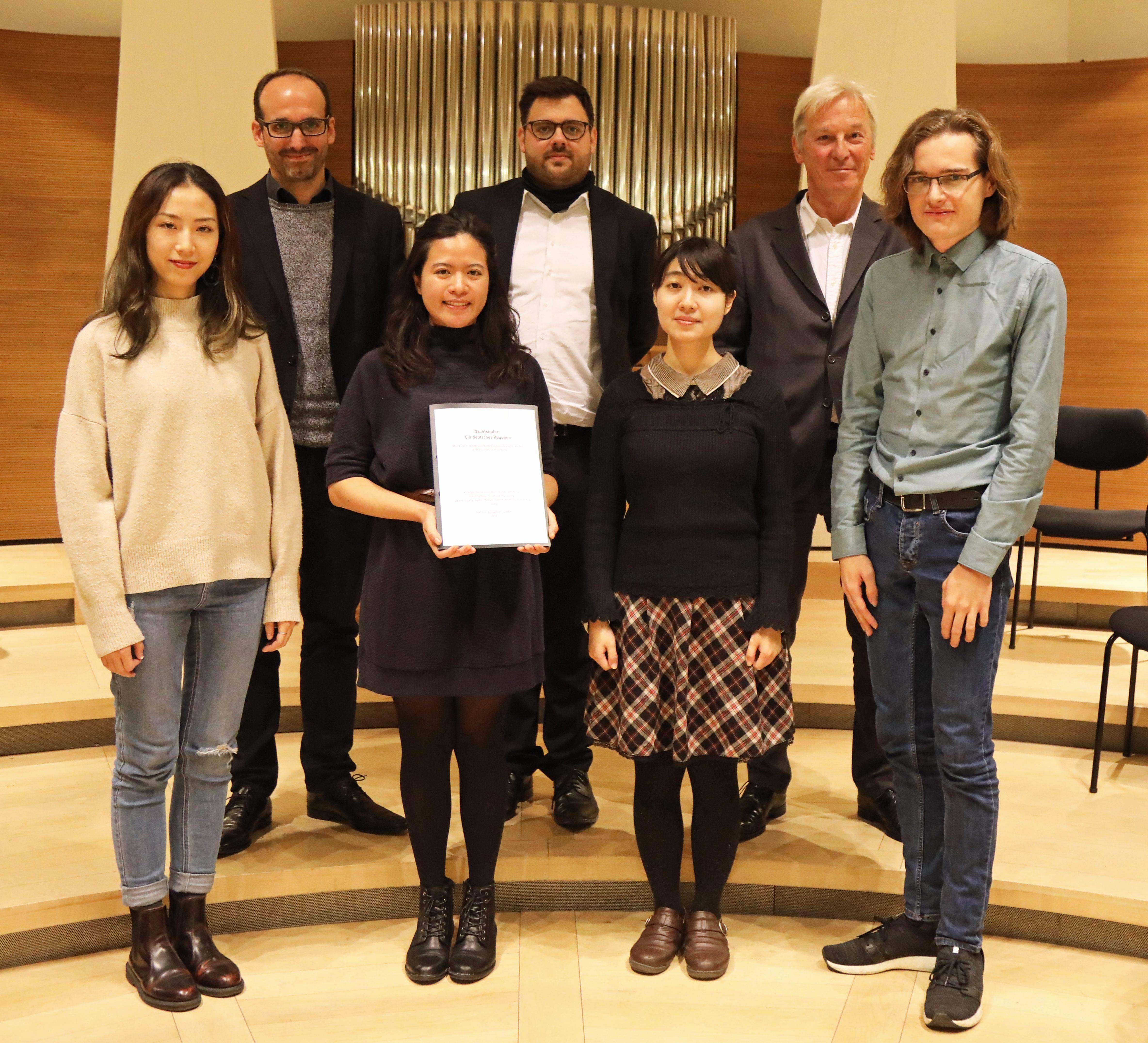 Komponist Robert Platz (Zweiter von rechts) und Domkapellmeister Christian Schmid zusammen mit den jungen Komponisten.