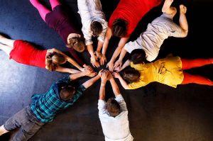 """Die Performance """"Ich nehme dich an die Hand und führe dich in meine Welt…"""" des Tanzensembles ist eine Zusammenarbeit mit Choreographin Lisa Kuttner und dem """"Tanzraum""""-Ensemble."""