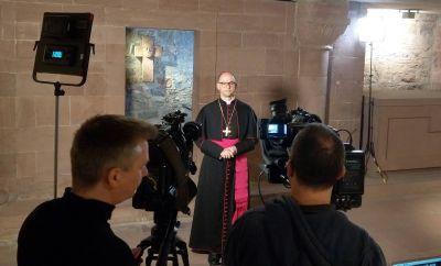 Bischof Dr. Franz Jung bei den Aufnahmen zum Video seines Fastenhirtenworts 2020 in der Krypta des Würzburger Kiliansdoms.