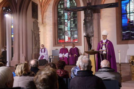 Bischof Dr. Franz Jung feierte zum Aschermittwoch der Künstler einen Gottesdienst in der Sepultur des Würzburger Kiliansdoms. Das Bayerische Fernsehen übertrug die Feier live.