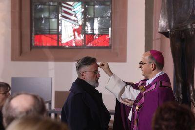 Bischof Dr. Franz Jung legte mit Weihbischof Ulrich Boom, Pfarrer Robert Borawski und Diakon Jens Johanni den Menschen in der Sepultur das Aschenkreuz auf.