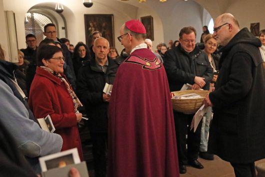 Feier der Zulassung zu Taufe, Firmung und Eucharistie im Neumünster. Vertreter der Heimatpfarreien überreichten in der Krypta die Sendschreiben für die Bewerber an Bischof Dr. Franz Jung.