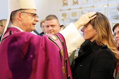 Bei einer Feier im Neumünster ließ Bischof Dr. Franz Jung 20 Erwachsene zu Taufe, Firmung und Eucharistie zu sowie eine Bewerberin für die Erwachsenenfirmung.