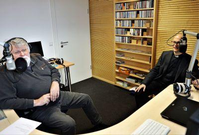 Hochkonzentriert im Aufnahmestudio: Bischof Dr. Franz Jung (rechts) und Lothar Reichel, Leiter der Radioredaktion des Bistums Würzburg.
