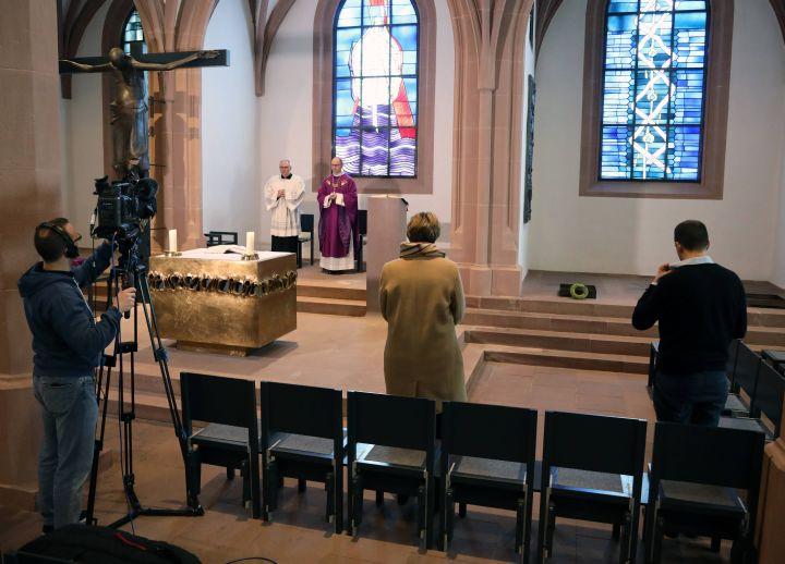 Bischof Dr. Franz Jung feierte am Doenstag, 17. März,  in der Sepultur des Würzburger Kiliansdoms einen ersten nichtöffentlichen Gottesdienst. Dieser wurde live im Internet übertragen Gottesdienst.