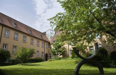 Das Bistum Würzburg hat der Regierung von Unterfranken im Bedarfsfall ihre Tagungshäuser wie zum Beispiel das Tagungszentrum Schmerlenbach (Landkreis Aschaffenburg) angeboten.