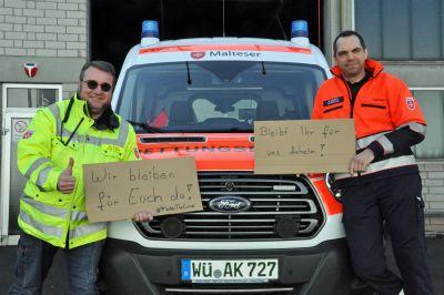 Manfred Kirst (links), Leiter Rettungsdienst bei den Maltesern in Würzburg, und Manuel Schmitt (rechts) vom Malteser Rettungsdienst Würzburg appellieren an die Bürger, sich an die Regelungen zum sozialen Umgang zu halten.