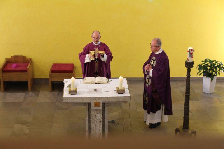 Bischof Dr. Franz Jung hat in der direkt von außen zugänglichen Hauskapelle des Seniorenstifts des Würzburger Juliusspitals eine heilige Messe gefeiert. Rechts Pfarrer Bernhard Stühler, Pfarrer der Juliusspitalpfarrei Sankt Kilian.