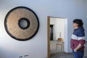"""""""Winterauge"""" heißt das Kunstwerk, das jetzt im Roncalli-Zentrum in Glattbach installiert wurde. Rechts  Bildhauer Markus Schmitt."""