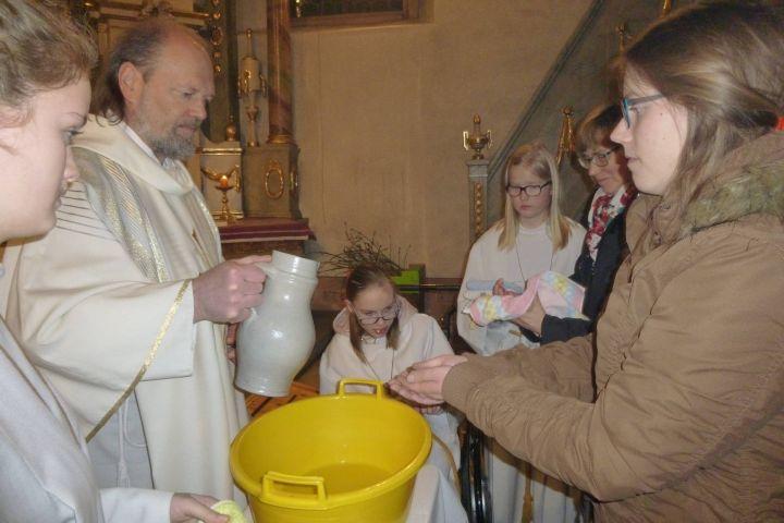 Pfarrer Karl Feser schüttet den Gläubigen in der Kirche von Althausen Wasser über die Hände. Diese Handlung ist Symbol der Reinwaschung und des Dienens. Heuer allerdings muss diese Handlung wegen der Corona-Pandemie ausfallen.