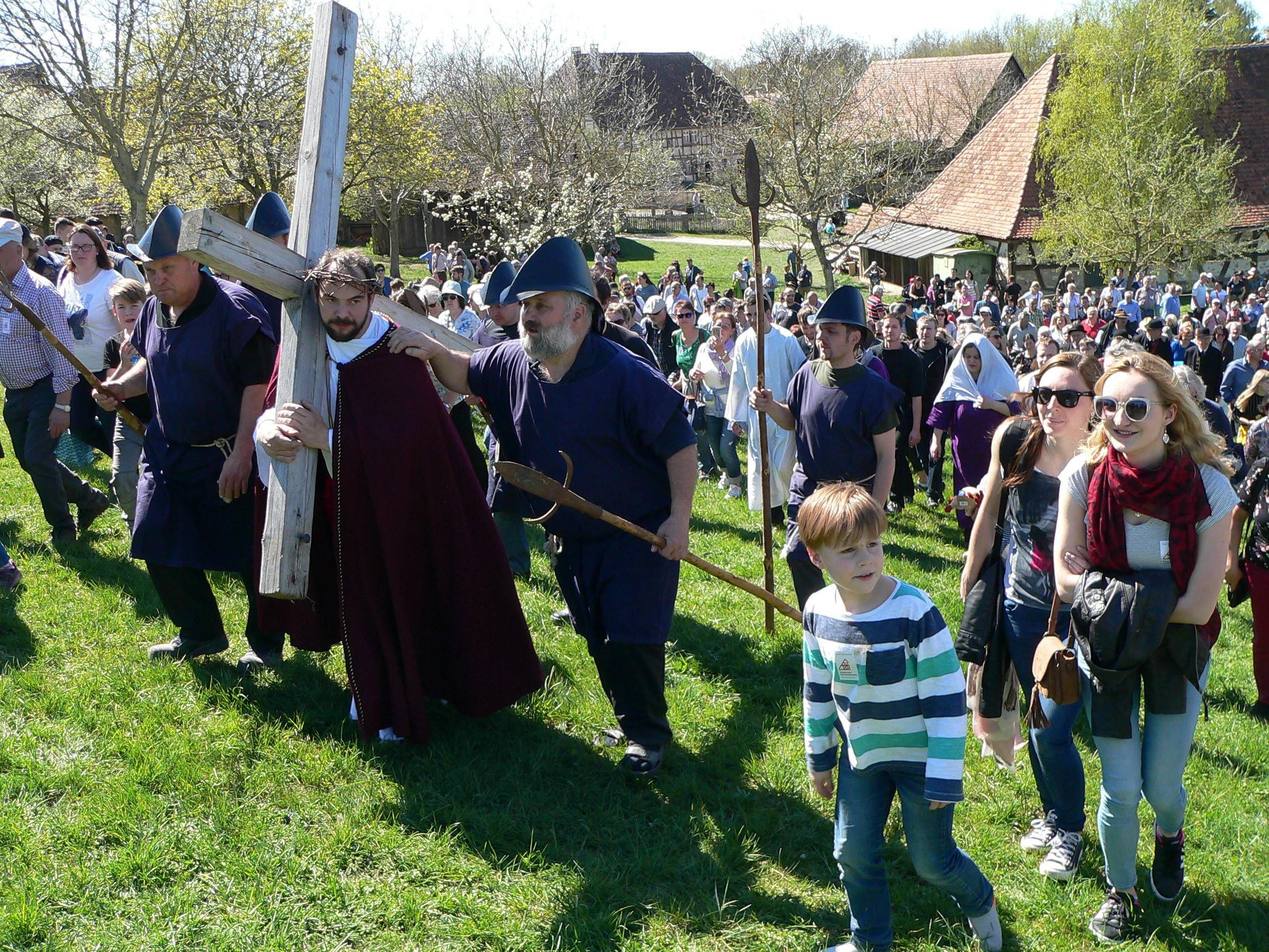Das Publikum beim Passionsspiel im Fränkischen Freilandmuseum geht gemeinsam mit Christus den Kreuzweg.