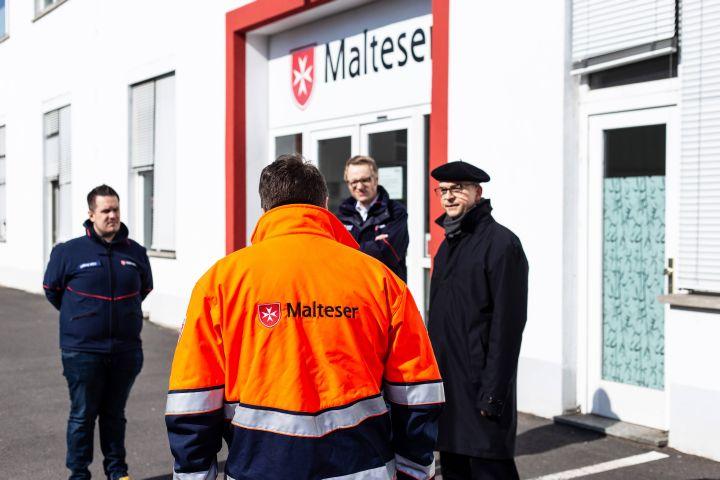Bischof Dr. Franz Jung besuchte die Rettungswache der Malteser in der Würzburger Mainaustraße.