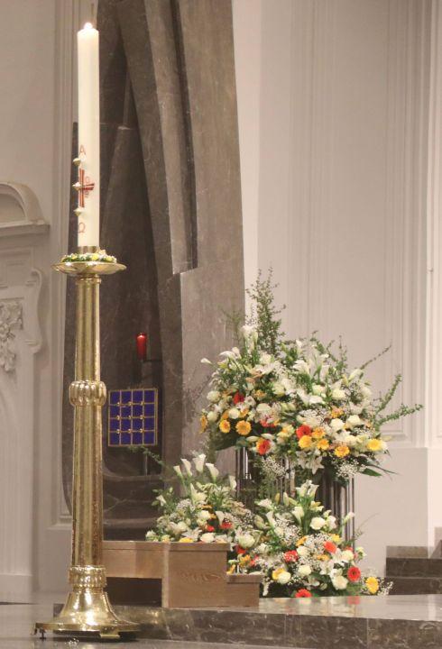 Osterkerze und österlich geschmückter Altar im Würzburger Kiliansdom (Archivfoto)
