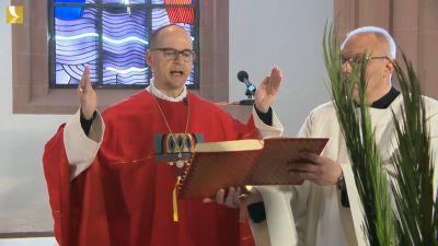 Zu Beginn des Gottesdiensts segnete Bischof Dr. Franz Jung am Palmsonntag, 5. April, in der Sepultur des Kiliansdoms die Palmzweige.