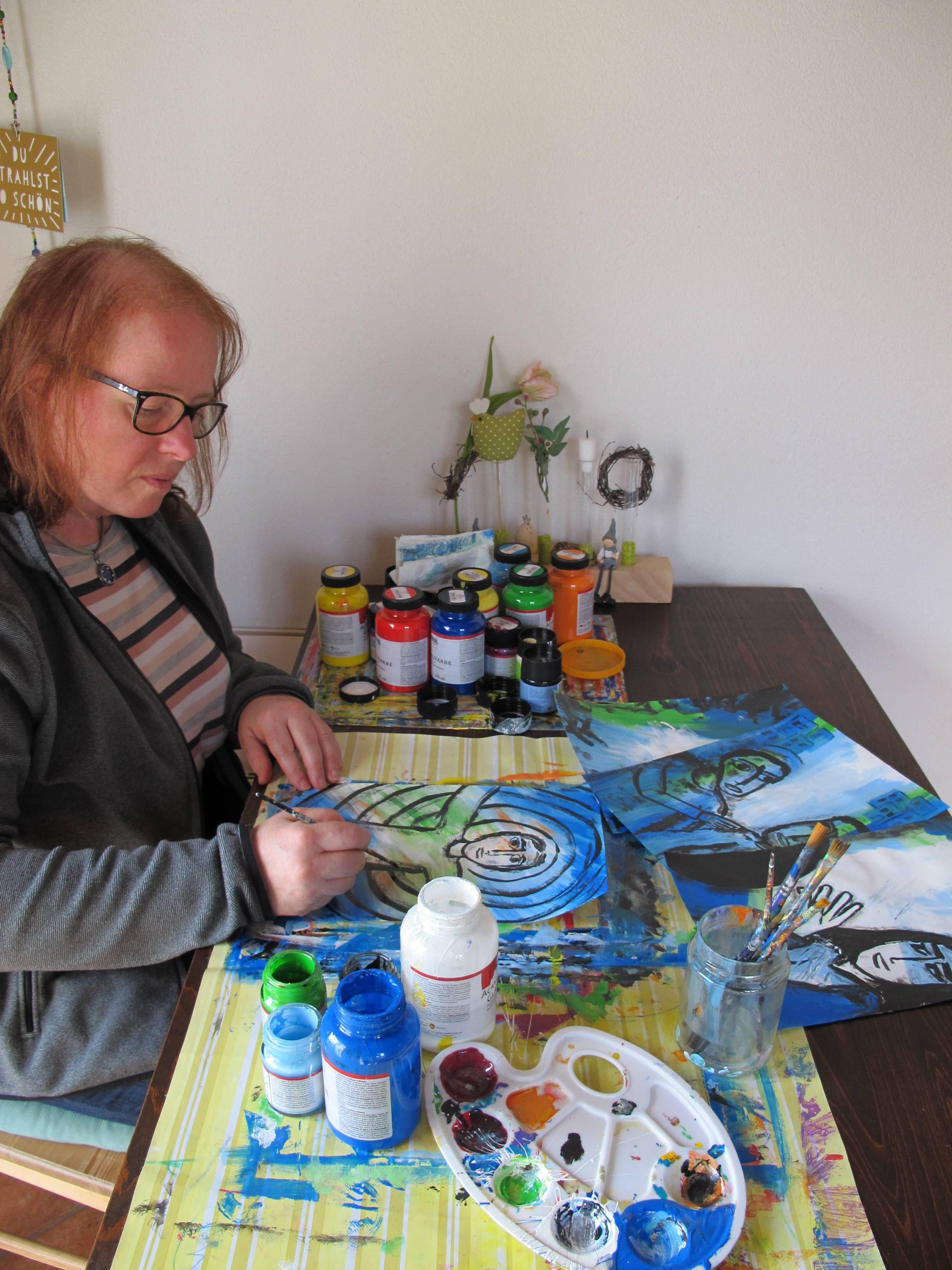 Doris Hopf beim Malen des Kreuzwegs in Zeiten von Corona.