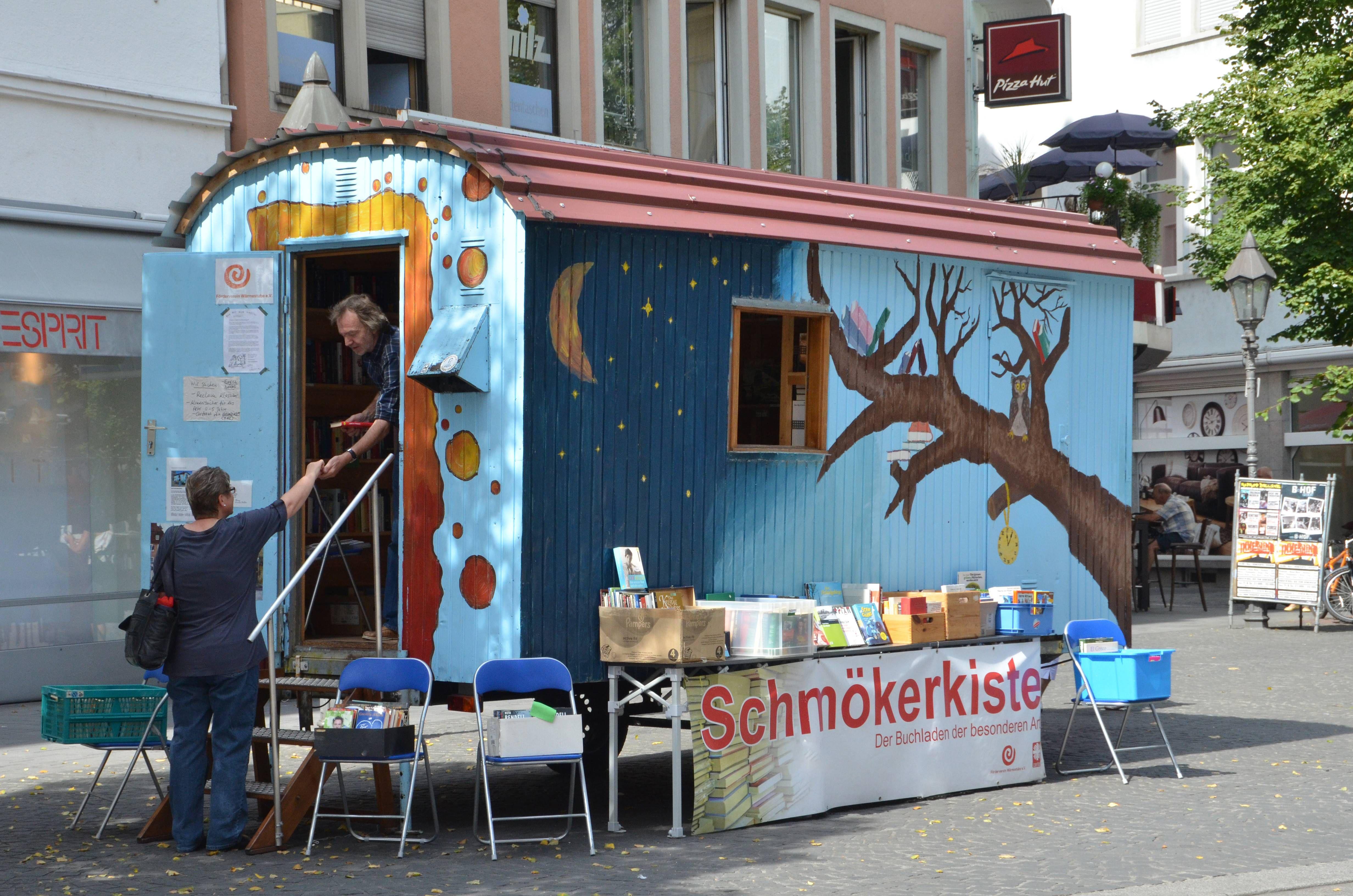 """Im Sommer lädt die """"Schmökerkiste"""" des Fördervereins Wärmestube in der Würzburger Innenstadt zum Lesen und Begegnen ein (Archivbild)."""