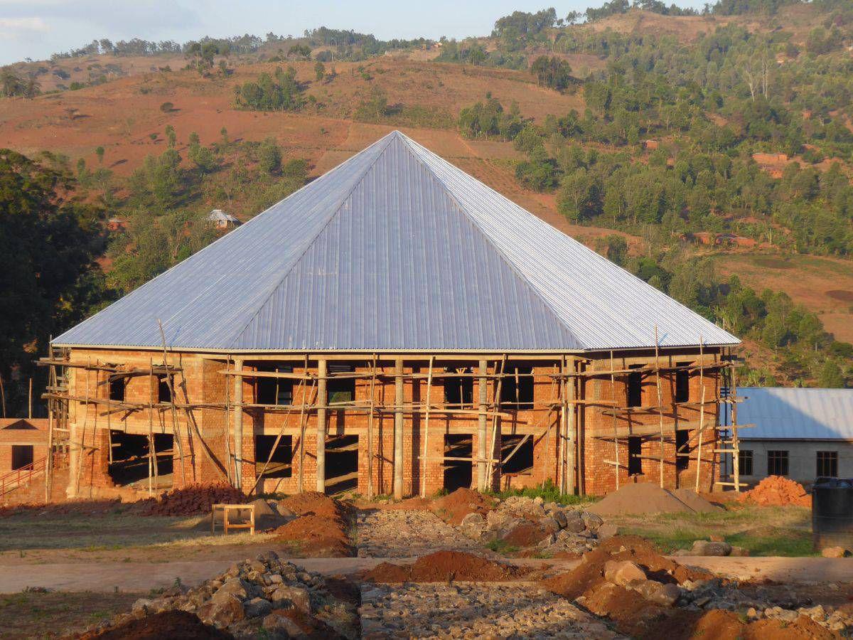 Das Krankenhaus in Litembo ist wichtig für die Versorgung der Bevölkerung im Partnerbistum Mbinga. Das Bild zeigt die Endausbauphase der Labor- und Krankenpflegeschule mit angeschlossener Mehrzweckhalle.