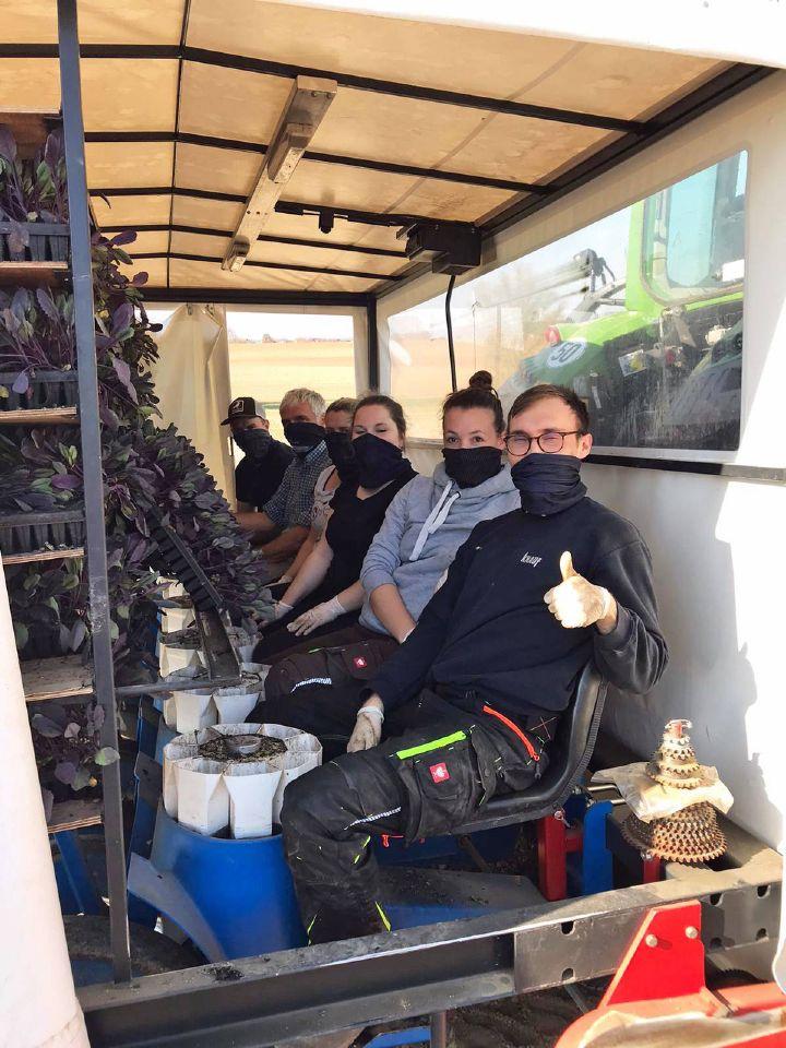 In Schutzkleidung warten die freiwilligen Helfer auf ihren Einsatz auf dem Blaukrautfeld, darunter Johannes Weismantel (2. von links), Geschäftsführer des Diözesanbüros Main-Spessart.