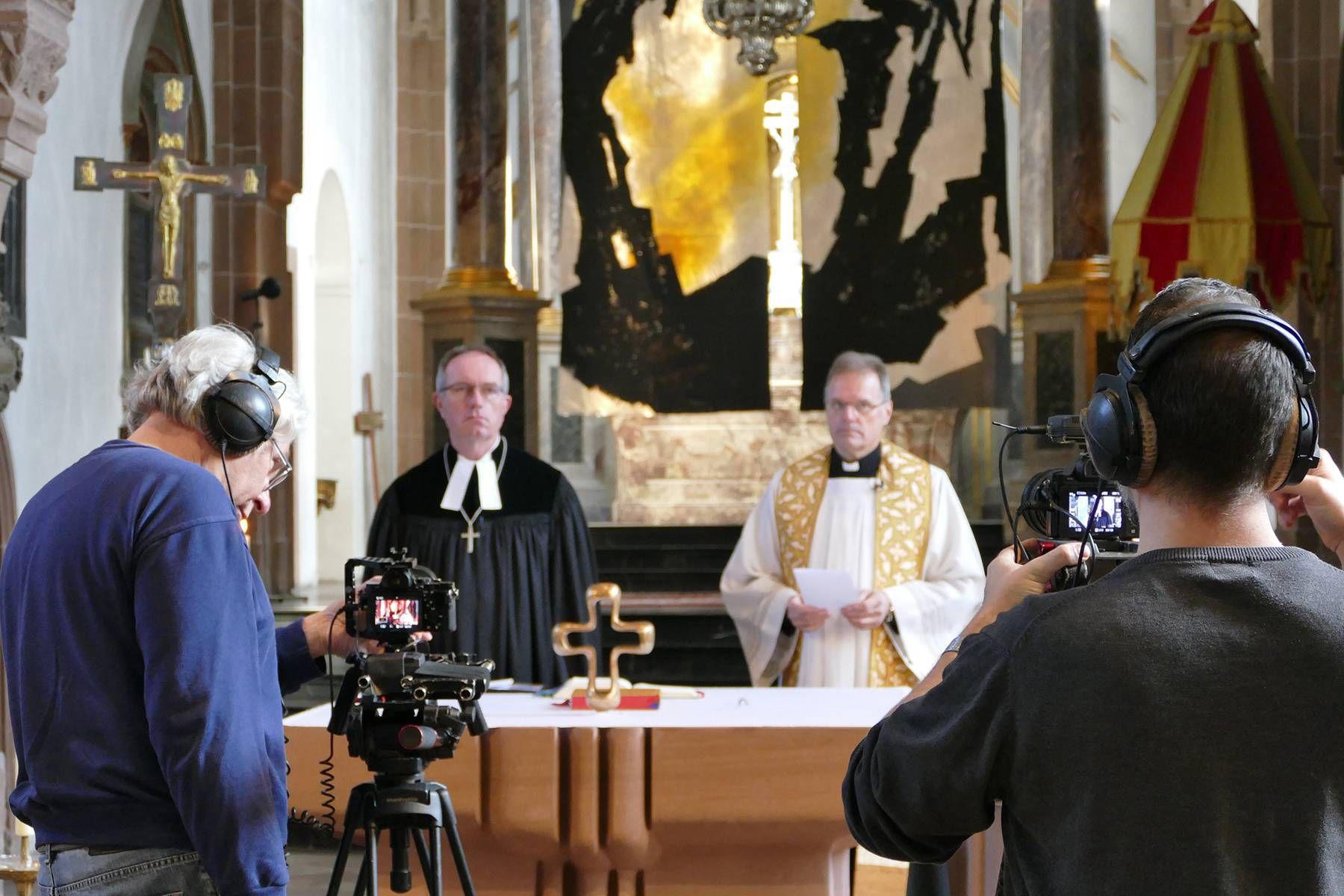Der evangelische Dekan Rudi Rupp (links) und der katholische Pfarrer Martin Heim bei der Aufzeichnung eines ökumenischen Ostersegens in der Aschaffenburger Stiftsbasilika.