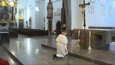 Bischof Dr. Franz Jung feierte am Karfreitag, 10. April, im Kiliansdom nichtöffentlich die Liturgie vom Leiden und Sterben Jesu.