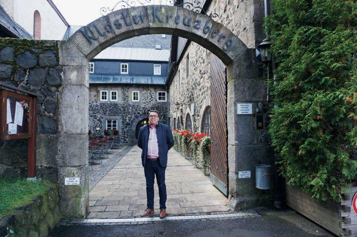 Christian Weghofer, Geschäftsführer der Franziskaner Klosterbetriebe, am Eingang zum Kloster Kreuzberg.