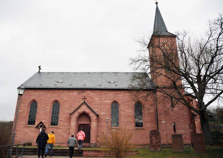 """Mit dem Projekt """"Limit 25"""" möchte die Diözese ihren Beitrag zum Umweltschutz leisten. In Ruppertshütten wurde auch die Pfarrkirche St. Wendelin begutachtet."""