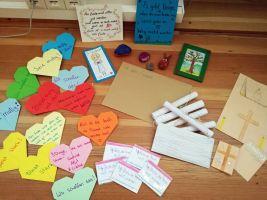 """Die Jugendgruppen in Kitzingen haben Briefe für die Patienten und Pfleger in der Klinik """"Kitzinger Land"""" gestaltet."""