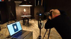 """Bischof Dr. Franz Jung beim Photoshooting für das Projekt """"mynewface"""". Das Projekt sammelt Spenden für die Würzburger Kindertafel."""