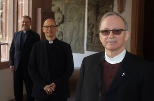 Bischof Dr. Franz Jung (Mitte) mit dem scheidenden Generalvikar Thomas Keßler und dessen Nachfolger Dompfarrer Dr. Jürgen Vorndran.