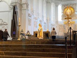 Erstmals nach acht Wochen wurde im Kiliansdom wieder ein öffentlicher Gottesdienst gefeiert. Dompfarrer Dr. Jürgen Vorndran erteilte den eucharistischen Segen.