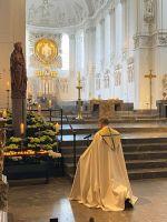 Erstmals nach acht Wochen wurde im Kiliansdom wieder ein öffentlicher Gottesdienst gefeiert.  Zelebrant war Domkapitular Dompfarrer Dr. Jürgen Vorndran.