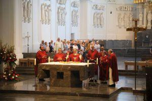 Im Bistum Würzburg sind ab dem 21. Mai unter Einhaltung von strengen Sicherheitsmaßnahmen wieder öffentliche Eucharistiefeiern erlaubt. Das Bild entstand beim Pontifikalgottesdienst für Gottesdiensthelfer bei der Kiliani-Wallfahrtswoche 2019.