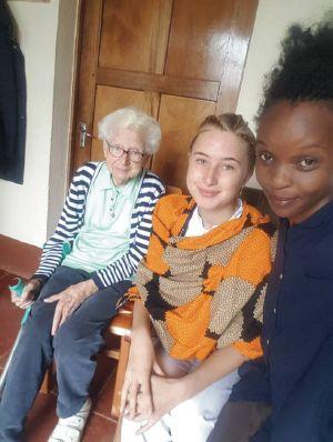 """Freiwillige berichten über ihr """"weltwärts""""-Jahr: Tabitha Hinz (Mitte) bei einem Selfie mit (von links) Schwester Maria Meiss, der Mitbegründerin des Litembo Diocesan Hospital, und ihrer Freundin Diana Ndunguru."""