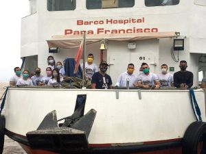 """Das Krankenhausschiff """"Barco Hospital Papa Francisco"""" ist seit 24. Mai 2020 unterwegs zu entlegenen Gemeinden im Partnerbistum Óbidos."""