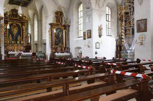 Für den nötigen Abstand während der Gottesdienste wurde jede zweite Bank in der Klosterkirche gesperrt. Auch beim individuellen Gebet sollen zwei Meter Abstand bleiben.
